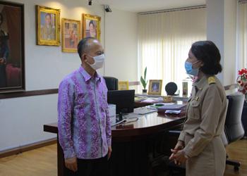 แพทย์หญิงปัทมพันธ์  อนันตาพงศ์  ผู้อำนวยการโรงพยาบาลชุมพรเขตรอุดมศักดิ์ เข้ารายงานตัวต่อนายธีระ อนันตเสรีวิทยา ผู้ว่าราชการจังหวัดชุมพร